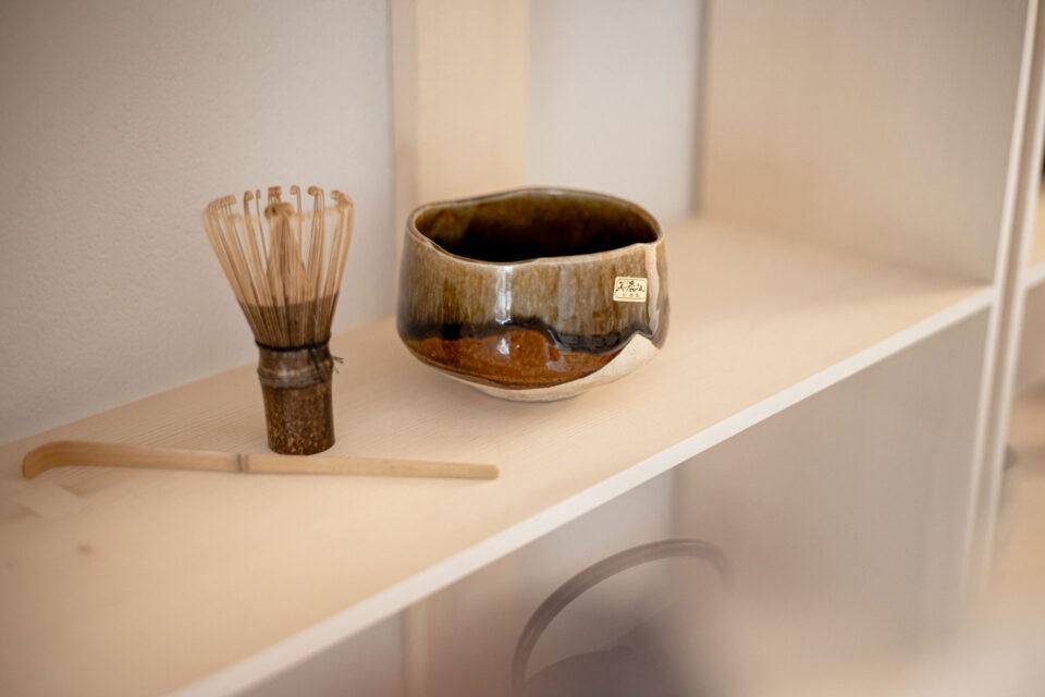 Matcha Besen und Tasse